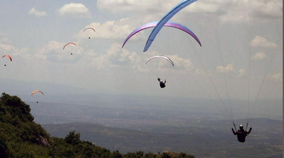 Двајца параглајдеристи паднаа на Галичица, едниот потешко повреден