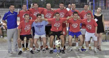 """""""Doktorima"""" pehar na sokobanjskom noćnom turniru u malom fudbalu (VIDEO)"""