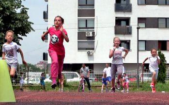 "Atletska staza u dvorištu OŠ Dušan Radović prepuna dece – ""krivac"" ""Niški maraton"" (VIDEO)"
