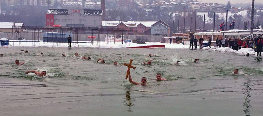 Plivanjem za časni krst na bazenu Čair obeleženo Bogojavljenje (VIDEO)